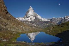 Άποψη Matterhorn με την αντανάκλαση στο νερό Στοκ φωτογραφία με δικαίωμα ελεύθερης χρήσης