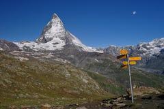 Άποψη Matterhorn στην ηλιόλουστη ημέρα με το δείκτη Στοκ εικόνα με δικαίωμα ελεύθερης χρήσης