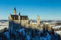 Άποψη Neuschwanstein Castle το χειμώνα από τη βασίλισσα Mary ` s γέφυρα Στοκ Φωτογραφίες