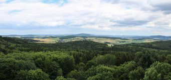 Άποψη Panoramatic από τον πύργο κάστρων στο τσεχικό τοπίο Στοκ Φωτογραφία