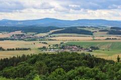Άποψη Panoramatic στο χωριό Kojecin από τον πύργο κάστρων Το τσεχικό τοπικό LAN Στοκ φωτογραφία με δικαίωμα ελεύθερης χρήσης