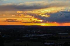 Άποψη Panoramatic σχετικά με την πόλη Ceske Budejovice στο ηλιοβασίλεμα με το πορτοκάλι Στοκ φωτογραφία με δικαίωμα ελεύθερης χρήσης