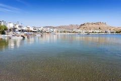 Άποψη Panoramatic της παραλίας Haraki με τα σπίτια διαμερισμάτων Ρόδος Ελλάδα στοκ εικόνα