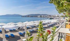 Άποψη Panoramatic των κρεβατιών ήλιων και sunshades σχετικά με την παραλία Rhod Haraki στοκ εικόνες