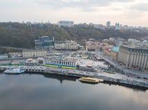 Άποψη Podil, του σταθμού και του ποταμού Dnieper ποταμών σε Kyiv, Ουκρανία Στοκ φωτογραφία με δικαίωμα ελεύθερης χρήσης