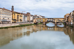 Άποψη Ponte Vecchio πέρα από τον ποταμό Arno το φθινόπωρο Στοκ Φωτογραφία