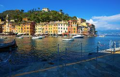 Άποψη Portofino, ένα ιταλικό ψαροχώρι, επαρχία της Γένοβας, Ιταλία Μια θέση τουριστών με ένα γραφικό λιμάνι και ένα ζωηρόχρωμο ho στοκ φωτογραφία με δικαίωμα ελεύθερης χρήσης