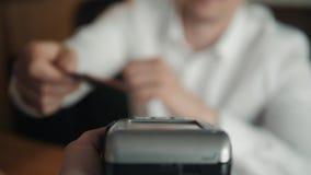 Άποψη pov πληρωμής σε ένα εμπόριο μέσω της κινητής και τεχνολογίας NFC Μπροστινή όψη Οριζόντια σύνθεση απόθεμα βίντεο