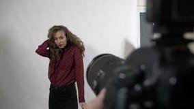 Άποψη POV φωτογράφων του αισθησιακού τρέχοντας χεριού νέων κοριτσιών μέσω της μακριάς ξανθής σγουρής τρίχας της κατά τη διάρκεια  απόθεμα βίντεο