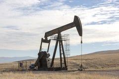 Άποψη Pumpjack στη βιομηχανία πετρελαίου φωτός της ημέρας στοκ εικόνες