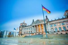 Άποψη Reichstag με τη γερμανική σημαία μετά από τη βροχή Στοκ Φωτογραφία