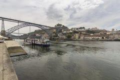 Άποψη Ribeira του ιστορικού τετάρτου, στον ποταμό Douro περιθωρίου em Στοκ Εικόνες