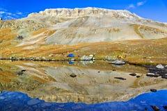 Άποψη Symetric στη λίμνη βουνών, Καύκασος Στοκ φωτογραφία με δικαίωμα ελεύθερης χρήσης