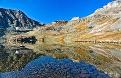 Άποψη Symetric στη λίμνη βουνών Στοκ φωτογραφία με δικαίωμα ελεύθερης χρήσης