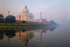 Άποψη Taj Mahal με την ομίχλη ξημερωμάτων που απεικονίζεται σε Yamuna Riv στοκ φωτογραφία