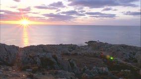 Άποψη Timelapse πέρα από τους απότομους βράχους στον ωκεανό απόθεμα βίντεο