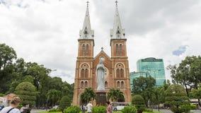 Άποψη Timelapse της βασιλικής Saigon Notre-Dame Επίσκεψη τουριστών απόθεμα βίντεο