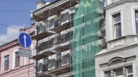 Άποψη Timelapse της παλαιάς πρόσοψης οικοδόμησης με την τρέχουσα διαδικασία κατασκευής απόθεμα βίντεο