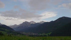 Άποψη Timelapse των σύννεφων που κινούνται πέρα από τα βουνά φιλμ μικρού μήκους