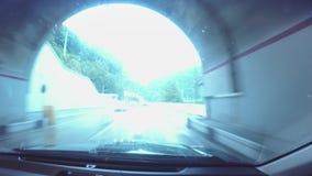 Άποψη Timelipes από το αυτοκίνητο που κινείται κατά τη διάρκεια της βροχής στο νέο συμπαθητικό δρόμο απόθεμα βίντεο