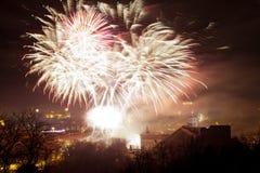 Άποψη Towerand Gediminas Vilnius, Λιθουανία, πυροτεχνήματα Στοκ Εικόνες