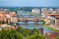 Άποψη Vecchio Ponte πέρα από τον ποταμό Arno στη Φλωρεντία Στοκ Φωτογραφίες