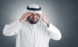 Άραβας που ψαλιδίζει έχοντας το μονοπάτι ατόμων πονοκέφαλου Στοκ Φωτογραφία