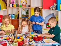 Άργιλος διαμόρφωσης Plasticine στην κατηγορία παιδιών Ο δάσκαλος διδάσκει στο σχολείο στοκ φωτογραφία με δικαίωμα ελεύθερης χρήσης