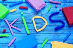 Άργιλος διαμόρφωσης των διαφορετικών χρωμάτων που διαμορφώνουν τα παιδιά λέξης Στοκ Εικόνες