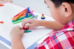 Άργιλος διαμόρφωσης φαλαινών σχήματος παιδιών, στο άσπρο υπόβαθρο Strengt Στοκ εικόνες με δικαίωμα ελεύθερης χρήσης