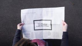 Άρθρο εφημερίδων ανάγνωσης γυναικών για τη συγκέντρωση εγκεφάλου απόθεμα βίντεο