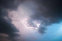 Άρθρο σε εφημερίδα με μαύρους χαρακτήρες αστραπής στα σύννεφα θύελλας στοκ εικόνα με δικαίωμα ελεύθερης χρήσης