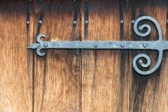 Άρθρωση και καρφιά σιδήρου με τους λεκέδες στην αρχαία ξύλινη πόρτα Στοκ φωτογραφίες με δικαίωμα ελεύθερης χρήσης