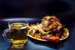 Άρθρωση χοιρινού κρέατος κρέατος με την μπύρα Τρόφιμα για τα εστιατόρια στοκ φωτογραφίες με δικαίωμα ελεύθερης χρήσης