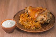 Άρθρωση χοιρινού κρέατος με την ξινή σάλτσα λάχανων και σκόρδου Το εθνικό πιάτο της τσεχικής κουζίνας Στοκ Εικόνες