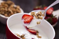 Άριστα δημητριακά προγευμάτων προγευμάτων με το γιαούρτι και strawberr Στοκ Φωτογραφίες