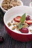 Άριστα δημητριακά προγευμάτων προγευμάτων με το γιαούρτι και strawberr Στοκ φωτογραφία με δικαίωμα ελεύθερης χρήσης