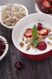 Άριστα δημητριακά προγευμάτων προγευμάτων με το γιαούρτι και strawberr Στοκ Εικόνες