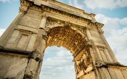Άριστη άποψη της αψίδας του titus μέσα μέσω των ιερών οστών, Ρώμη στοκ φωτογραφία