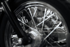 Άριστος κύριος μηχανικός που επισκευάζει μια ρόδα Στοκ Φωτογραφία
