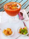 Άριστο gazpacho με croutons και τα χορτάρια. Στοκ Φωτογραφίες