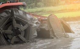Άροτρο τρακτέρ στο αγρόκτημα ρυζιού Στοκ εικόνες με δικαίωμα ελεύθερης χρήσης