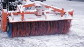 Άροτρο χιονιού που καθαρίζει υπαίθρια την οδό Snowplow που αφαιρεί το φρέσκο χιόνι από το τετράγωνο πόλεων φιλμ μικρού μήκους