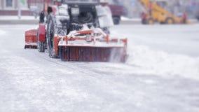 Άροτρο χιονιού που καθαρίζει υπαίθρια την οδό Snowplow που αφαιρεί το φρέσκο χιόνι από το τετράγωνο πόλεων απόθεμα βίντεο