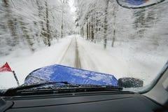 Άροτρο χιονιού στην εργασία - οργώνοντας χιόνι από το δρόμο Στοκ εικόνα με δικαίωμα ελεύθερης χρήσης