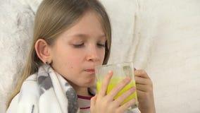 Άρρωστα φάρμακα κατανάλωσης προσώπου παιδιών, λυπημένο άρρωστο κορίτσι, πορτρέτο παιδιών με το φάρμακο, καναπές απόθεμα βίντεο
