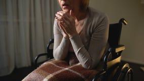 Άρρωστη αναπηρική καρέκλα γυναικών που αισθάνεται μόνη και καταθλιπτική, απόγνωση στη ιδιωτική κλινική απόθεμα βίντεο