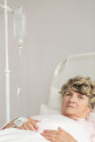 Άρρωστη ανώτερη γυναίκα Στοκ Εικόνες