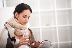 Άρρωστη γυναίκα, γυναίκα γρίπης Πιασμένο κρύο Γυναίκα που αισθάνεται κρύα Στοκ εικόνες με δικαίωμα ελεύθερης χρήσης