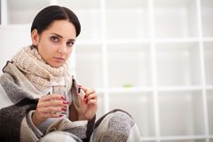 Άρρωστη γυναίκα, γυναίκα γρίπης Πιασμένο κρύο Γυναίκα που αισθάνεται κρύα Στοκ Φωτογραφίες